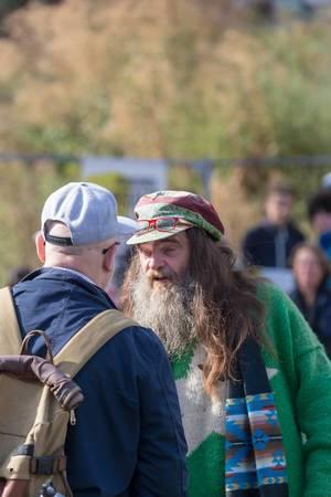 Alter Hippie unterstützt Fridays for Future beim Klimastreik in Köln