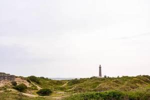 Alter Leuchtturm in Skagen Dänemark mit Sanddünen und dem Meer im Hintergrund