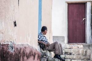 Alter Mann wacht über die Straßen Copans