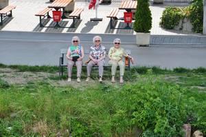 Ältere Damen beim Sitzen auf einer Sitzbank