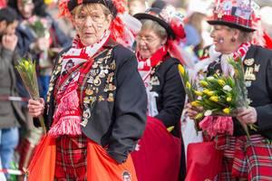 Ältere Damen mit Blumen (33 Jahre Kölsche Huhadel) beim Rosenmontagszug - Kölner Karneval 2018