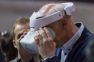 Älterer Geschäftsmann testet die VR Brille von DJI für Drohnen