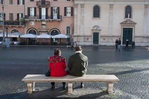 Älteres Paar sitzt auf einer Marmorbank in Rom, Italien