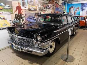 Altes Auto & Luxuslimousine Gaz Tschaika von Gorkowski Awtomobilny Sawod, ausgestellt im Technischen Museum in Brünn, Tschechien
