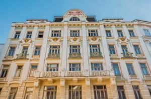 Altes Gebäude mit historischer Fassade in Brünn, Tschechien