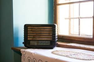 Altes Retro-Radio aus Holz auf einer Fensterbank