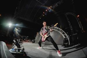 Alwyn spielt Solo auf E-Gitarre auf Bühne am Dinagyang Festival, Philippinen