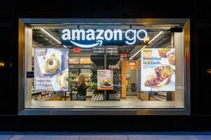 Amazon Go: Schaufenster vom kassenlosen Amazon-Supermarkt in Chicago