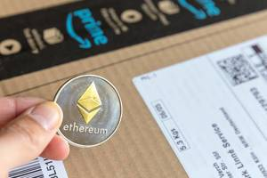Amazon verwirklicht Blockchain-Templates für Ethereum-Frameworks - Silber- und goldfarbene Ethereum-Münze mit Diamant-Logo im Nahaufnahme