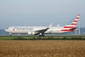 American Airlines Flugzeug rollt über den Amsterdam Schiphol Flughafen