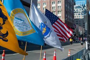 Amerikanische Flaggen beim Zieleinlauf eines Stadtmarathons in Massachusetts