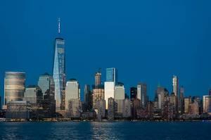 Amerikanische Wolkenkratzer mit beleuchteten Fenstern
