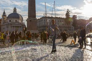 An amazing show with soap bubbles at the piazza del popolo in Rome