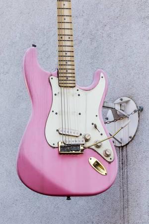 An der Fassade eines Gebäudes befestigte Gitarre