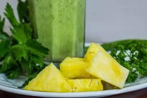 Ananas-Stücke mit Detox-Shake und Petersilie