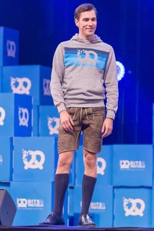 Andreas Bruckschlögl in Lederhosen auf der Bühne als Speaker auf dem Bits & Pretzels Festival in München