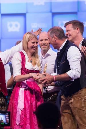 Andreas Etter überreicht der Gewinnerin Ihre Trophäe