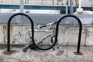 Angekettets Fahrrad ohne Räder und Sitz
