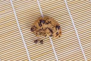 Angeknabberter Keks mit Schokoladensplittern