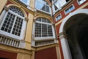 Angled Italian window on the side of the building / Abgewinkeltes italienisches Fenster auf der Seite des Gebäudes