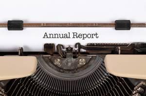 Annual Reportmit einer alten Schreibmaschine geschrieben