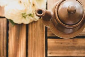 Ansicht von oben auf eine braune Keramik-Teekanne