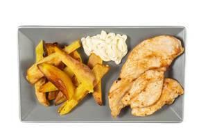 Ansicht von oben auf Hähnchen, als Beilage knusprig gebackene Pommes Frites und Mayonnaise