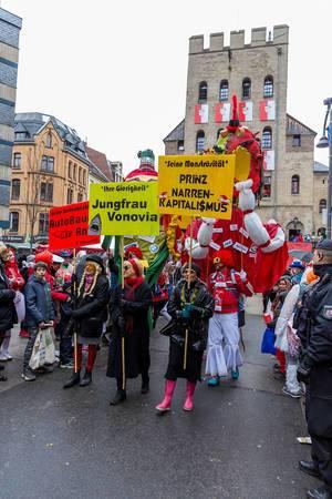 """Antikapitalistisches Statement mit """"Seine Bestechlichkeit Andi B.Scheuer(t) Ihre Gierigkeit Jungfrau Vonovia, seine Monströsität Prinz Narren-Kapitalismus"""""""