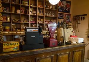 Antike Kasse auf einer alten Ladenzeile in einem kleinen Tante Emma Laden