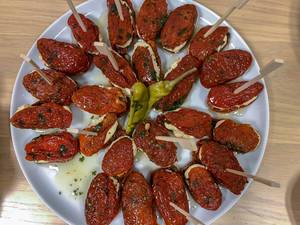 Antipasti - eingelegte getrocknete Tomaten mit Mozzarella auf einer Platte servierfertig