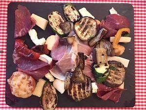 Antipasti-Teller mit Aubergine, Schinken, Gemüse und Käse (Vorspeise)