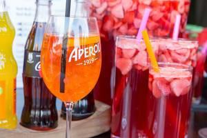 Aperol in unterschiedlichen Gläsern mit Trinkhalmen am Rathausplatz in Wien