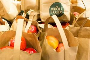 Äpfel in Papiertüten im Whole Foods Market