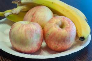 Äpfel und Bananen auf einem Teller