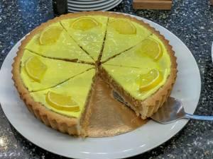 Apfelkuchen mit gelbem Zitronenguss
