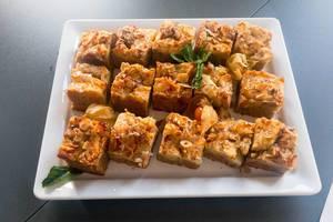 Apfelkuchen mit Mandeln, dekoriert mit Schlafbeeren