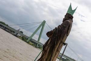 Apostel vor Schokoladenmuseum mit Blick auf Rhein