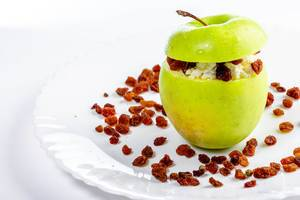 Apple stuffed with cottage cheese and raisins-a healthy dessert (Flip 2019)