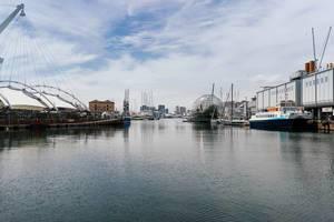 Aquarium of Genoa on the shore of harbor / Aquarium von Genua am Ufer des Hafens
