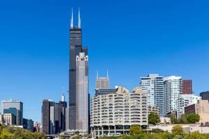 Architektur in Chicago: der Willis Tower, der 311 South Wacker Drive und das River City Marina Gebäude an einem sonnigen Tag