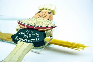 Are you ready for Spaghetti? Holzschild in der Form eines italienischen Kochs mit Spaghetti im Hintergrund