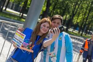 Argentinische Fußballfans schießen ein Selfie