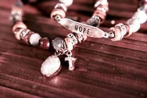 """Armbänder mit Kreuz und Aufschrift """"Hope"""""""