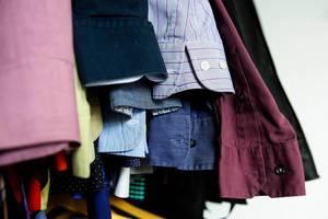 Ärmel von Männerhemden in verschiedenen Farben und Mustern