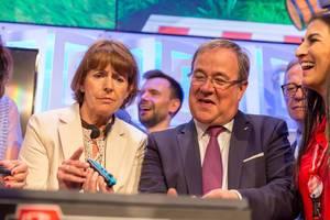 Armin Laschet und Henriette Reker spielen zum ersten Mal Mario auf der Nintendo Switch