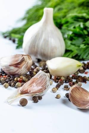 Aromatische Zutaten wie Knoblauch, Kräuter und Pfefferkörner zum Verfeinern von Gerichten