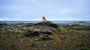 Art Installation of red chair in the middle of the field / Art Installation von roten Stuhl in der Mitte des Feldes