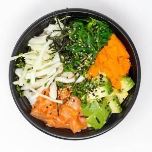 Asia Food - Poke Bowl Lachs Teriyaki - mit Sushireis, Lachs, Avocado, Krautsalat, Wakame Salat, Wasago, Nori, Teriyaki-Sauce, Soja-Sauce, Sesam und Schnittlauch