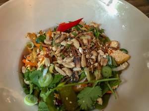 Asiatisches Mittagessen im Hans im Glück - Burgergrill Restaurant mit asiatischen Chillikarotten und Gemüse in Köln