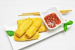 Asiatisches Mittagessen mit Dip und Essstäbchen